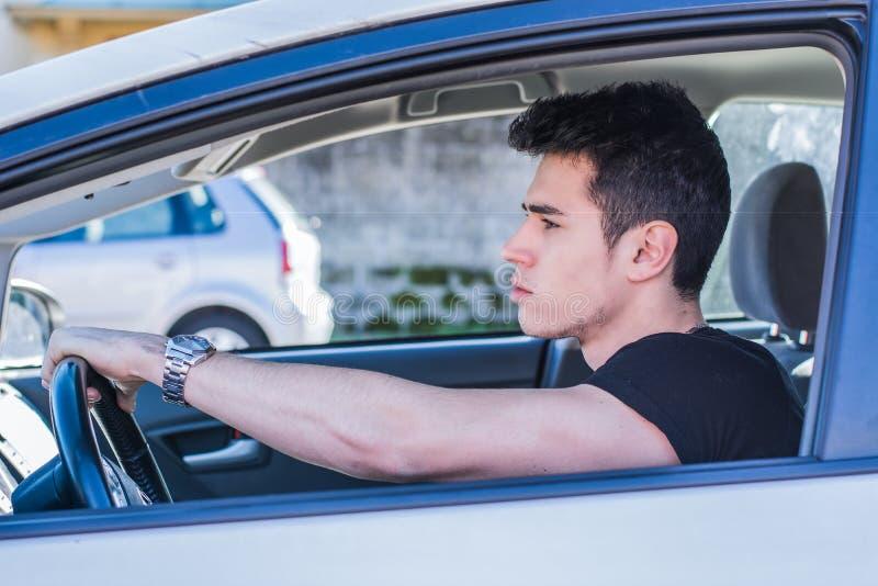 Allvarlig ung man eller tonåring som kör bilen arkivbilder