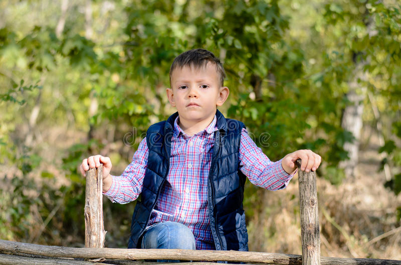 Allvarlig ung pojke utomhus royaltyfria foton