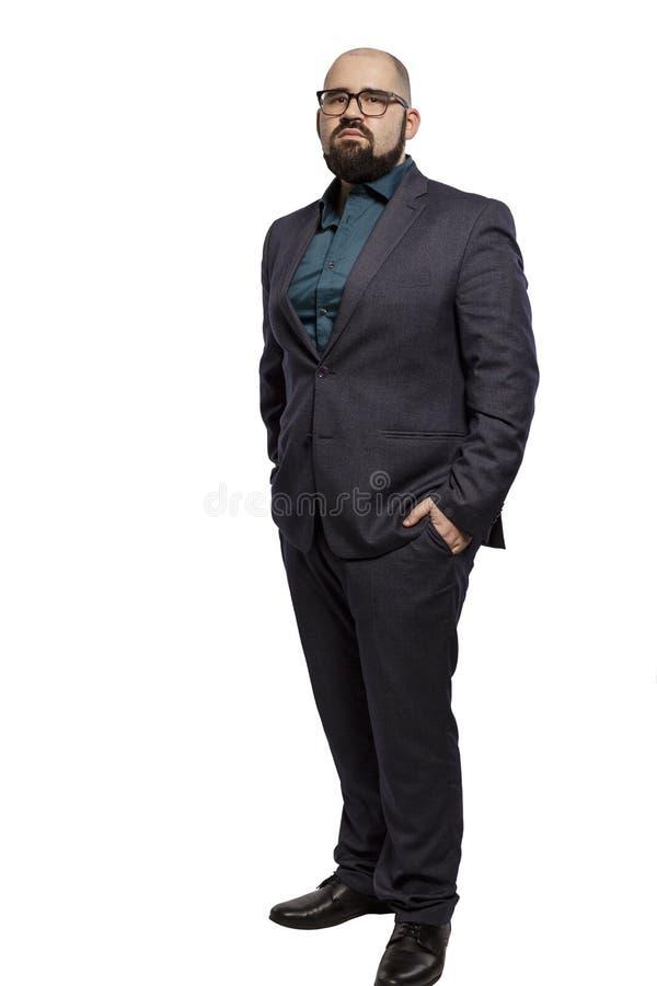 Allvarlig ung skallig man i exponeringsglas med ett skägg, full höjd bakgrund isolerad white arkivfoto