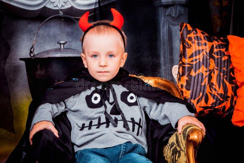 Allvarlig unge i de röda hornen för allhelgonaafton royaltyfri bild