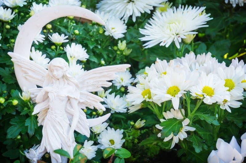 Allvarliga änglar i höstblommor royaltyfria bilder