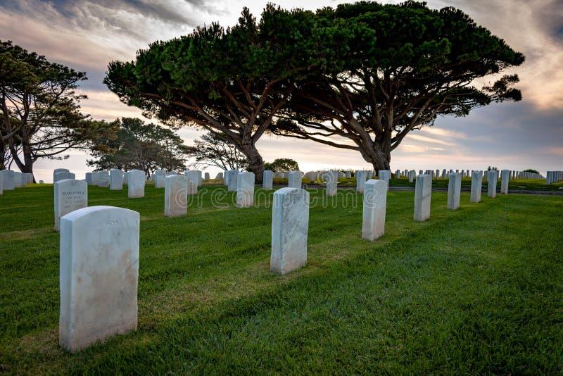 Allvarliga markörer för vit marmor i militär kyrkogård fotografering för bildbyråer