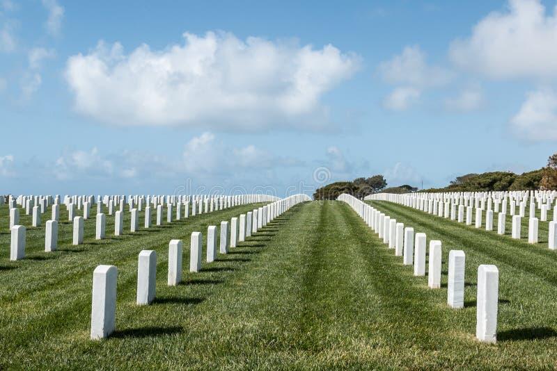 Allvarliga markörer på fortRosecrans den nationella kyrkogården i San Diego arkivfoton