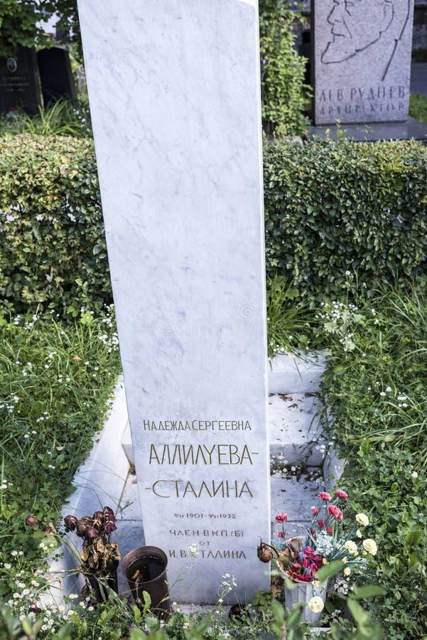 Allvarliga Nadezhda Allilueva- Stalina (monument från I V Stalin) arkivbilder
