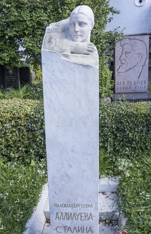 Allvarliga Nadezhda Allilueva- Stalina (monument från I V Stalin) arkivbild