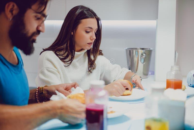 Allvarliga par som har lunch med vänner arkivbilder