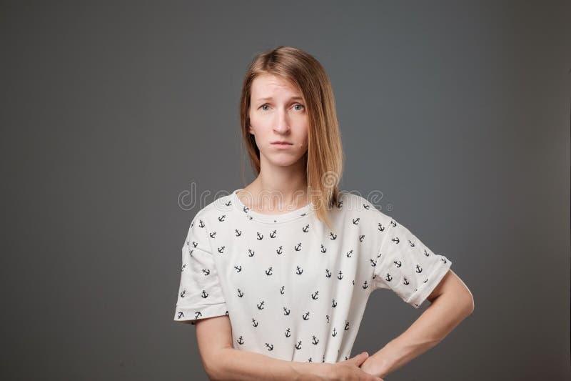 Allvarligt och bekymrat se för ung europeisk ledsen kvinna oroat och fundersamt royaltyfria foton