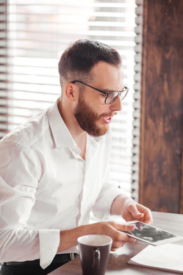 Allvarligt sökande som sitter i styrelsen som förbereder sig för intervju med arbetsgivaren arkivbild