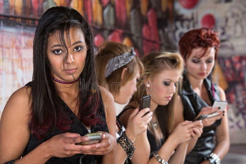 Allvarligt tonårigt med telefonen fotografering för bildbyråer
