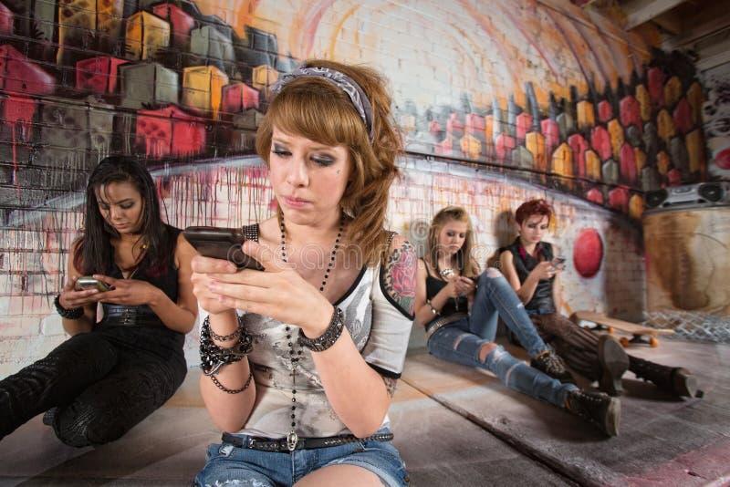 Allvarligt tonårigt på telefonen royaltyfri bild