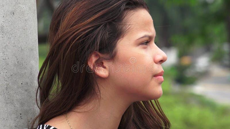 Allvarligt tonårigt stirra för flicka fotografering för bildbyråer