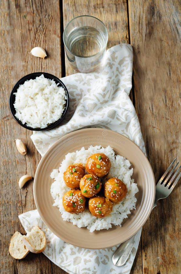 Almôndegas alaranjadas cozidas da galinha com arroz imagens de stock royalty free