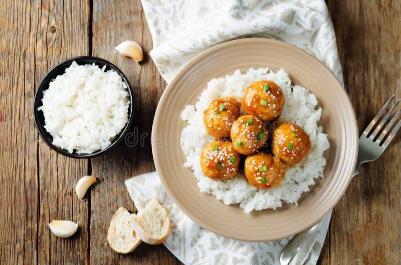 Almôndegas alaranjadas cozidas da galinha com arroz foto de stock royalty free
