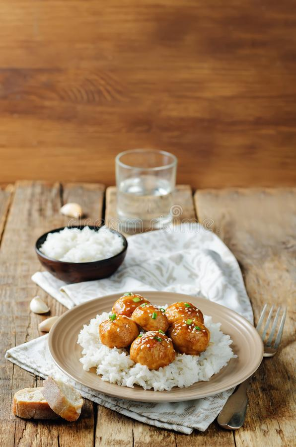 Almôndegas alaranjadas cozidas da galinha com arroz fotos de stock