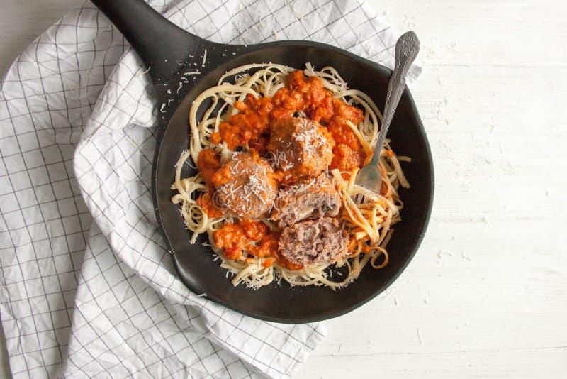 Almôndegas com molho de tomate e linguine da massa fotos de stock royalty free