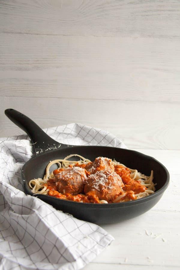 Almôndegas com molho de tomate e linguine da massa imagens de stock