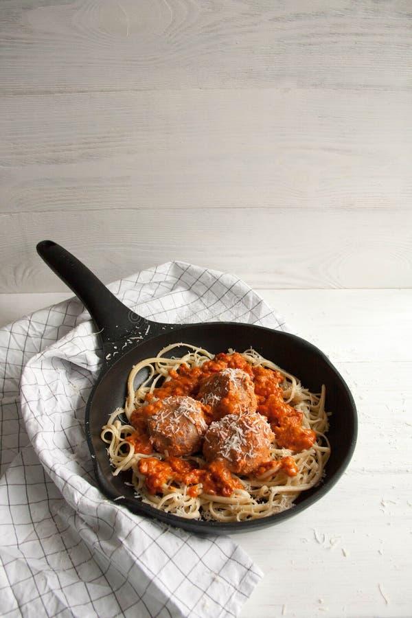 Almôndegas com molho de tomate e linguine da massa fotografia de stock royalty free