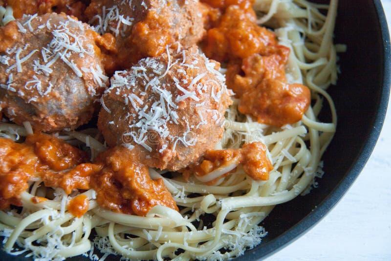 Almôndegas com molho de tomate e linguine da massa foto de stock