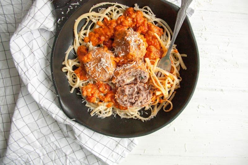 Almôndegas com molho de tomate e linguine da massa imagem de stock