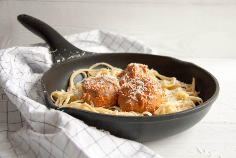 Almôndegas com molho de tomate e linguine da massa fotografia de stock