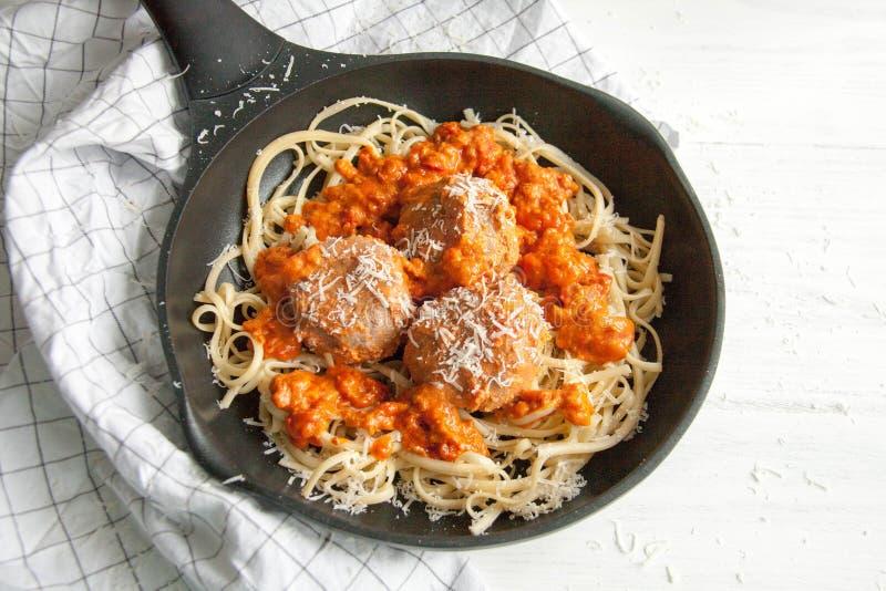 Almôndegas com molho de tomate e linguine da massa foto de stock royalty free