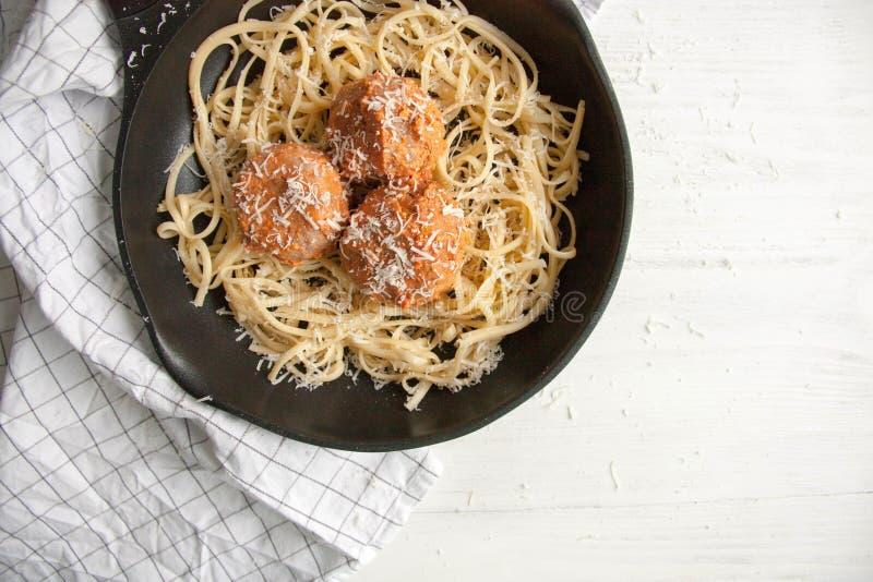 Almôndegas com molho de tomate e linguine da massa imagem de stock royalty free