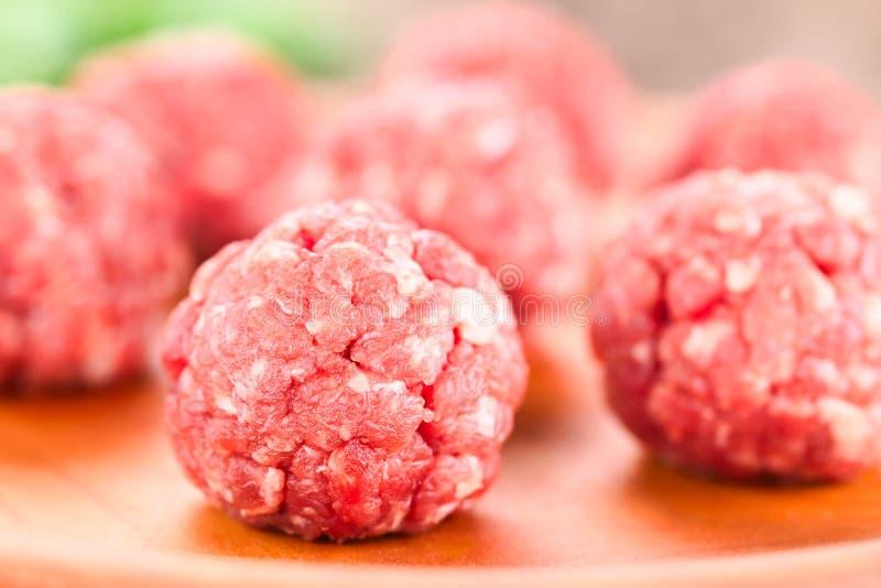 Almôndegas cruas frescas da carne foto de stock royalty free