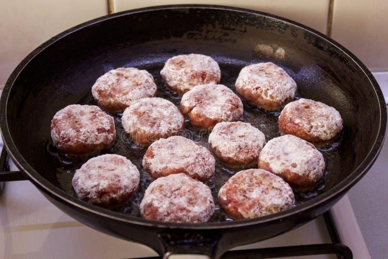 Almôndegas da carne picada em uma bandeja preta fotografia de stock royalty free