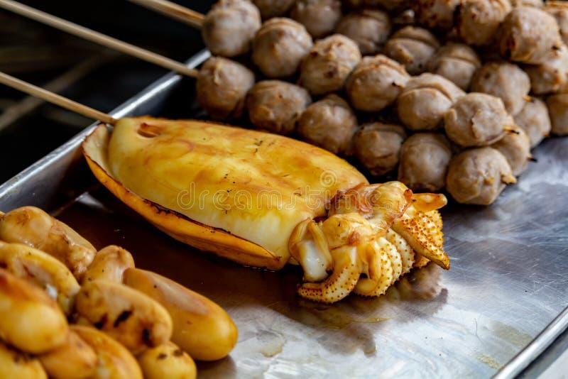 Almôndegas do calamar de Banguecoque do alimento da rua fotos de stock royalty free