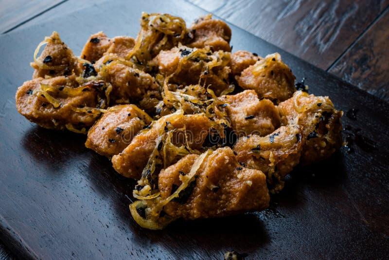 Almôndegas turcas do Bulgur de Sikma Kofte com cebolas caramelizadas/Fellah Bulghur Kofta na placa de madeira imagens de stock