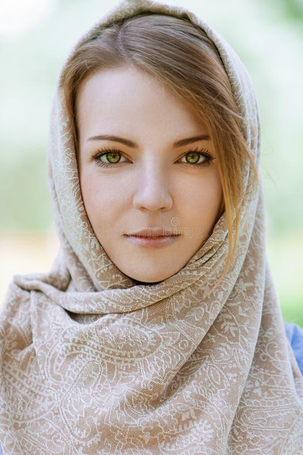 Alm härlig ung kvinna i huvud fotografering för bildbyråer