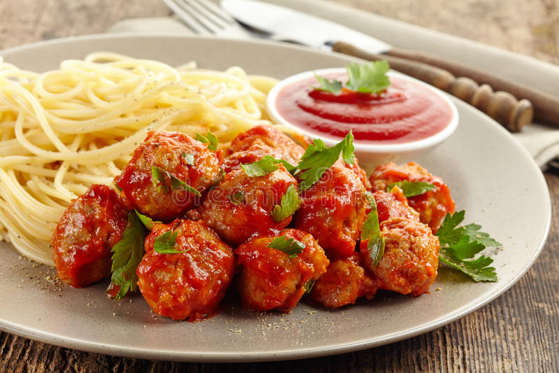 Almôndegas com molho de tomate e espaguetes imagem de stock royalty free