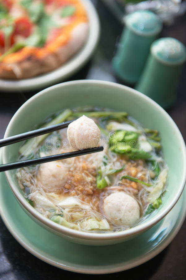Almôndegas com sopa de macarronete tailandesa foto de stock