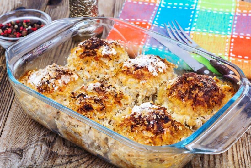Almôndegas cozidas com arroz e vegetais no formulário de vidro fotos de stock royalty free