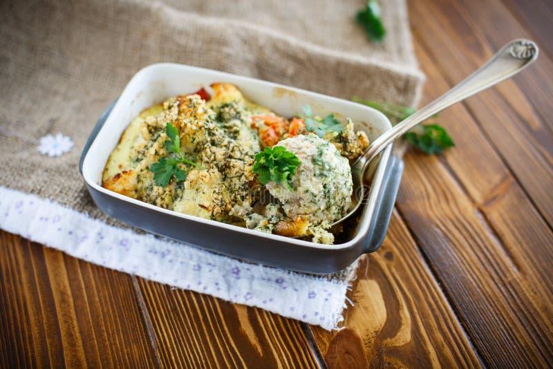 Almôndegas cozidas com vegetais imagem de stock