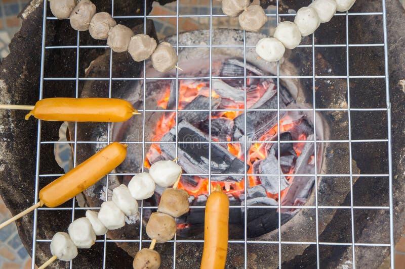 Almôndegas grelhadas, bola grelhada no fogo do carvão vegetal fotografia de stock