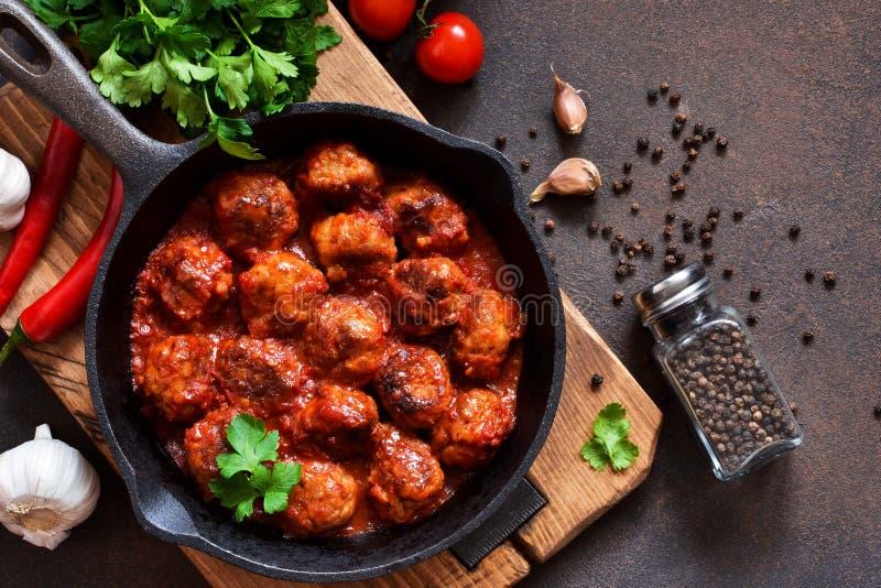 Alm?ndegas no molho de tomate do agridoce na mesa de cozinha Vista superior imagens de stock royalty free