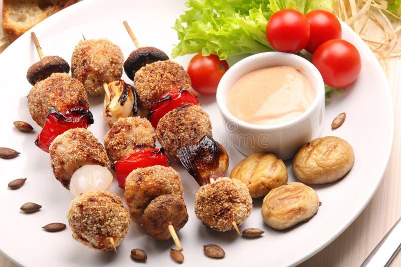 Almôndegas trituradas cozidas como espetos com mergulho e cogumelos no whit fotografia de stock royalty free