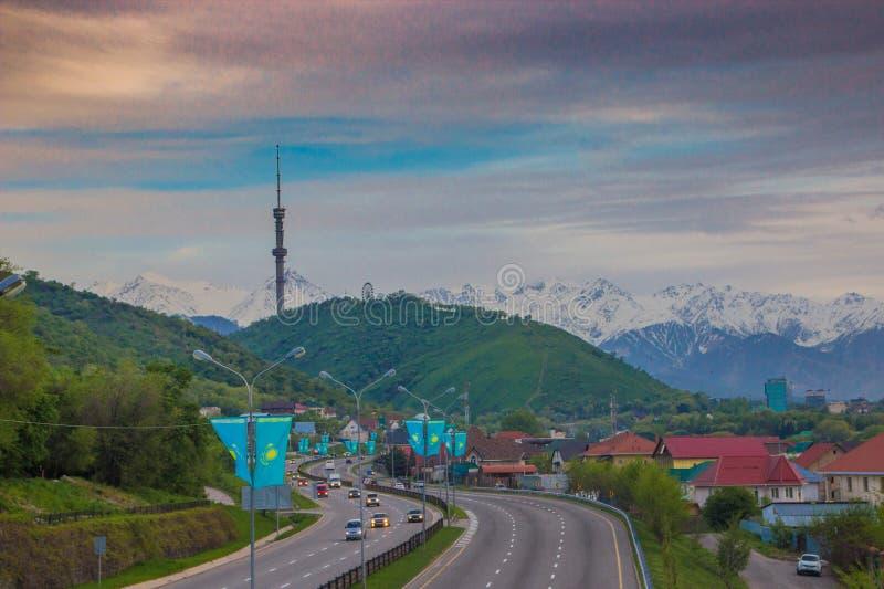 ALMA ATA, KAZACHSTAN - MEI 6: De heuvel van Koktobe en TV-toren De stad wedijvert stock foto