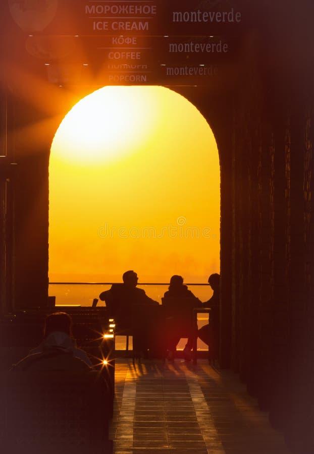 Alma Ata, Kazachstan, 05 2017 Silhouetten van het hebben van een rust op een koffieterras in het Park van Kok Tobe bij zonsonderg royalty-vrije stock fotografie