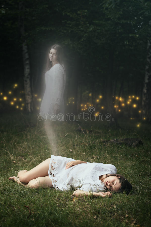 A alma de uma menina inoperante está deixando seu corpo fotografia de stock