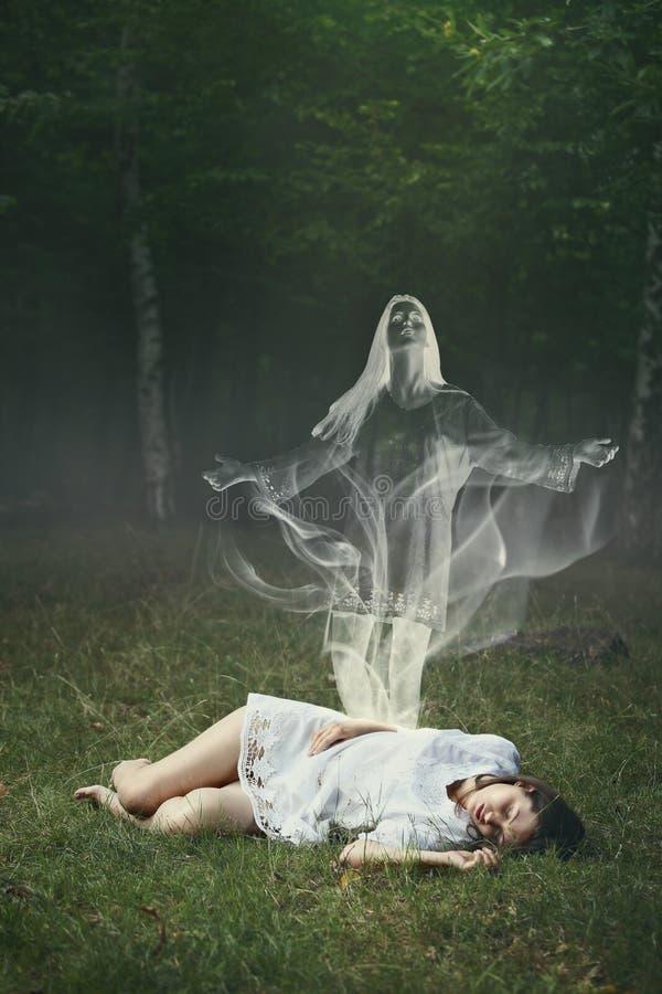 Alma de uma mulher de sono na floresta