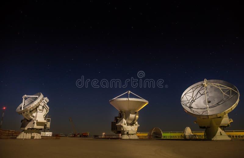 ALMA, estação base da disposição a mais grande mundial do telescópio na noite, o Chile fotografia de stock royalty free