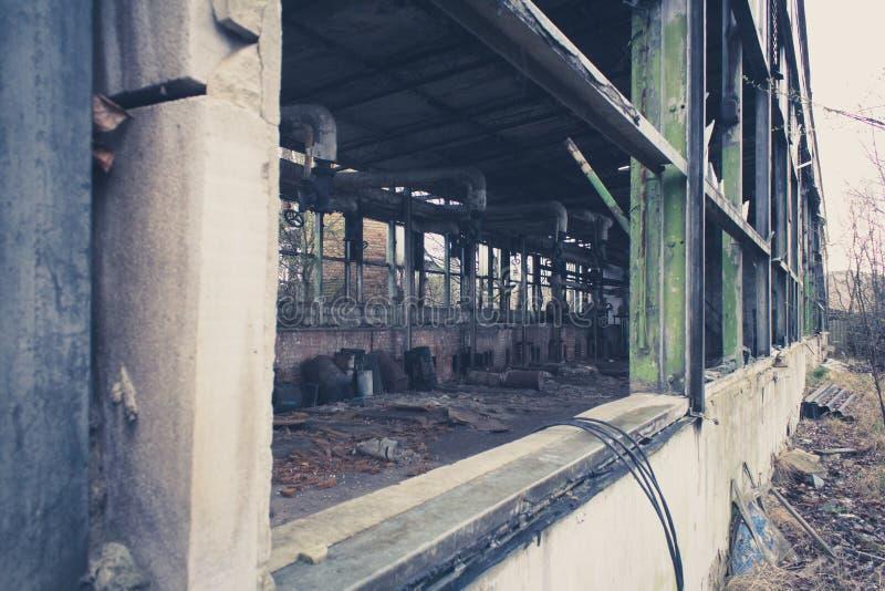 Almacén abandonado viejo, fábrica sucia vacía fotos de archivo