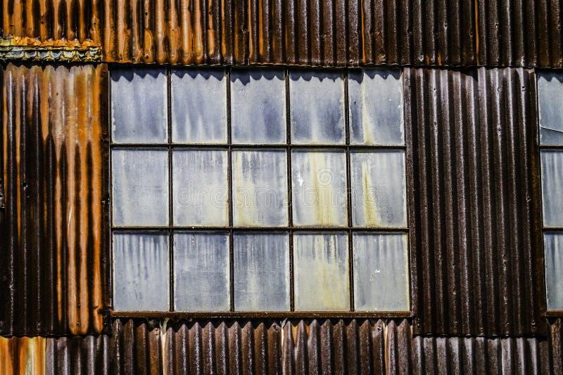 Almacén aherrumbrado y ventanas sucias en Cass West Virginia fotos de archivo libres de regalías