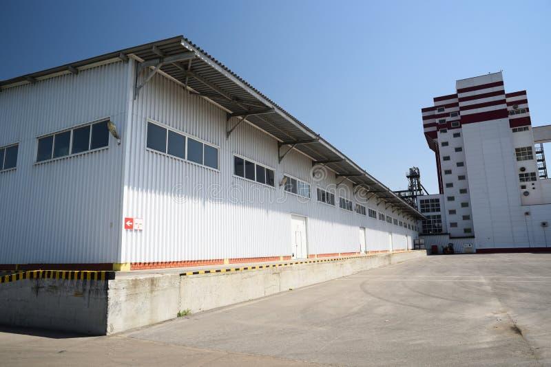 Almacén de la fábrica del pienso Yarda vacía de b industrial moderno imagenes de archivo