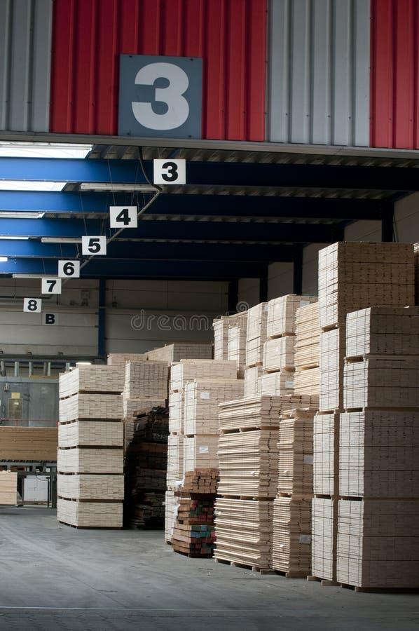 Almacén de la madera de construcción imagenes de archivo