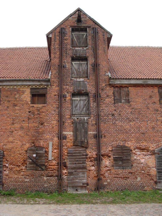 Almacén del siglo XIX en el puerto de Klaipeda fotos de archivo libres de regalías