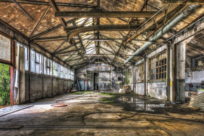 Almacén dilapidado en una fábrica abandonada fotografía de archivo
