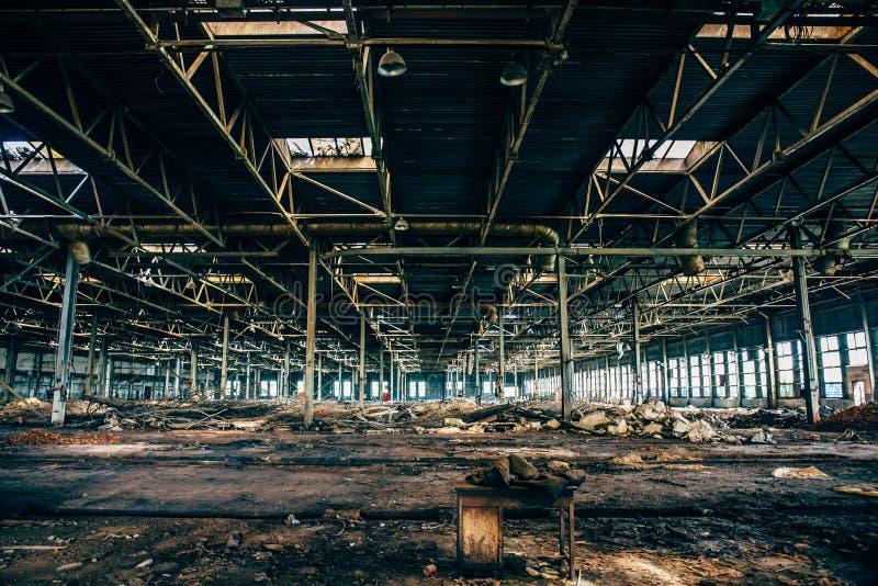 Almacén espeluznante industrial abandonado dentro del edificio oscuro viejo de la fábrica del grunge imagen de archivo libre de regalías